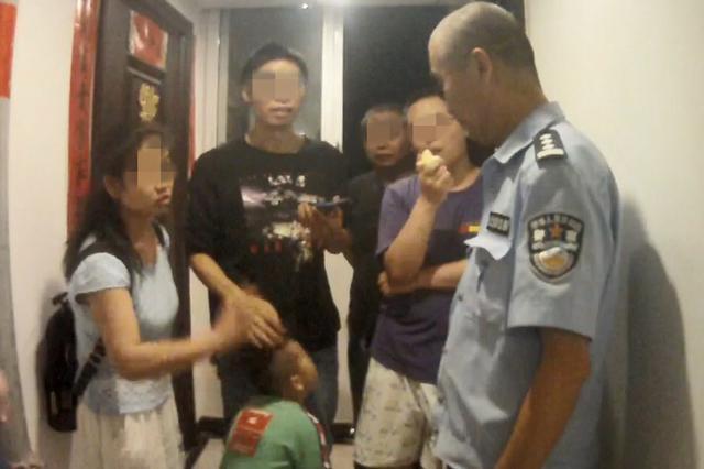三岁小朋友敲错家门 窜进屋后反将主人关在门外