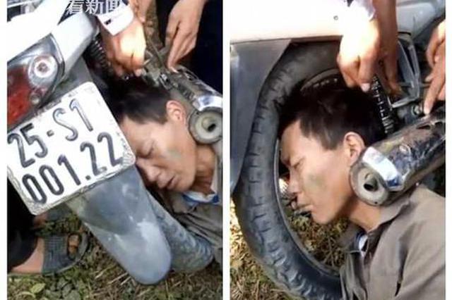 男子头卡摩托车后轮睡了一夜 网友:咋操作的?