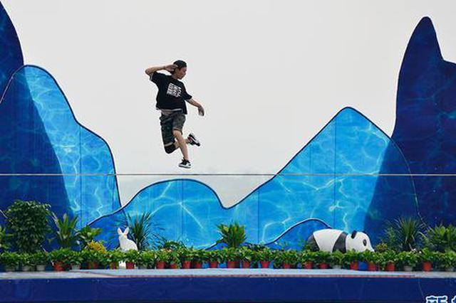 """长寿湖畔上演""""绳上舞蹈""""花式扁带 炫酷刺激令人惊叹"""
