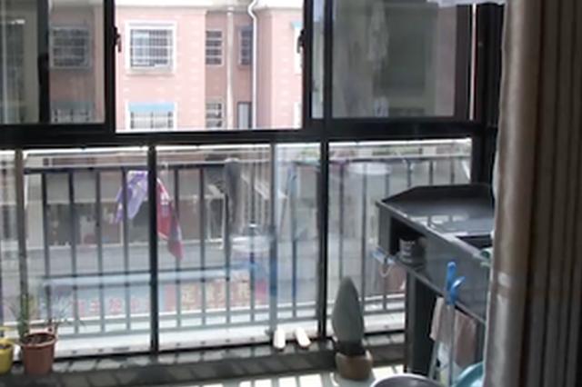 男童从4楼爬出阳台坠亡 父亲痛诉:楼下住户要负责