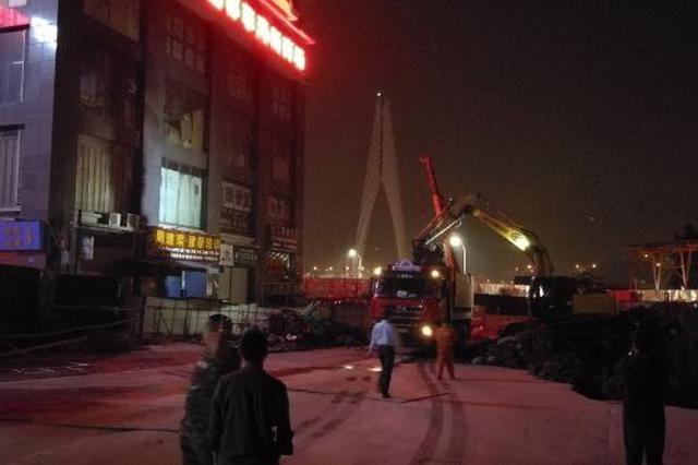 重庆突查夜间施工噪声:医院外深夜开挖机除渣