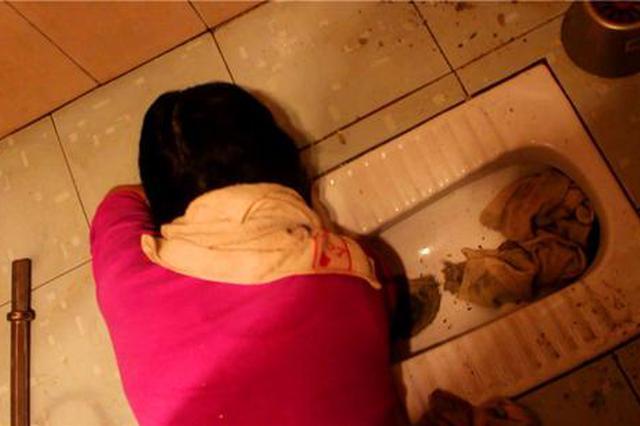 女子洗手间捡东西手臂被卡 被救时手里还抓着刷子