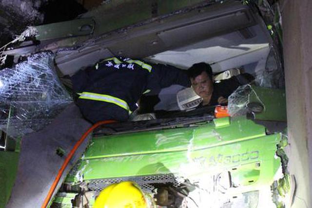 凌晨两辆载满渣土的大车相撞 前车被撞到了悬崖边