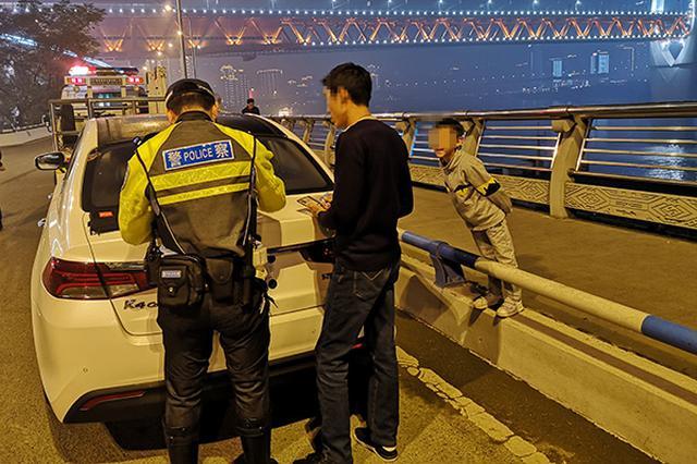 """重庆一男子违停被处罚 6岁儿子在旁教育""""该罚"""""""