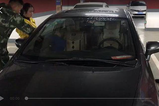重庆11月大男婴被锁车内 被困前其母把车钥匙给他玩