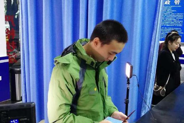 重庆一无户籍男子4岁起流浪被迫盗窃 检察官帮其落户