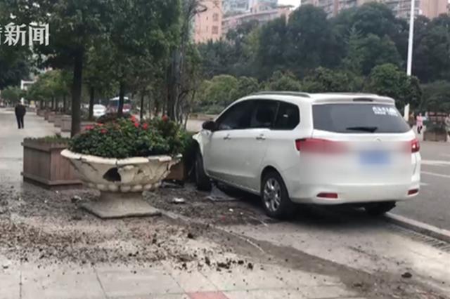 重庆女司机开车时转头哄孩子 撞上市政设施吓坏路人