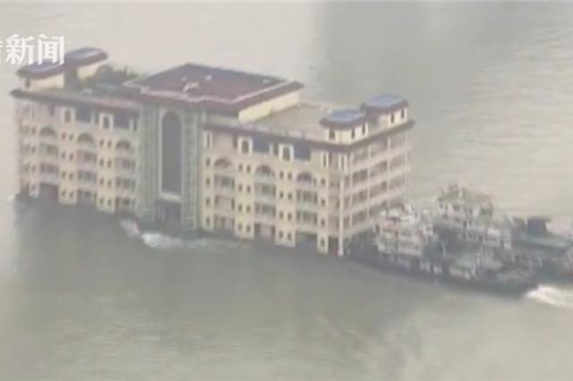 重庆五层大楼竟在江面上漂?海事:系餐饮船搬迁