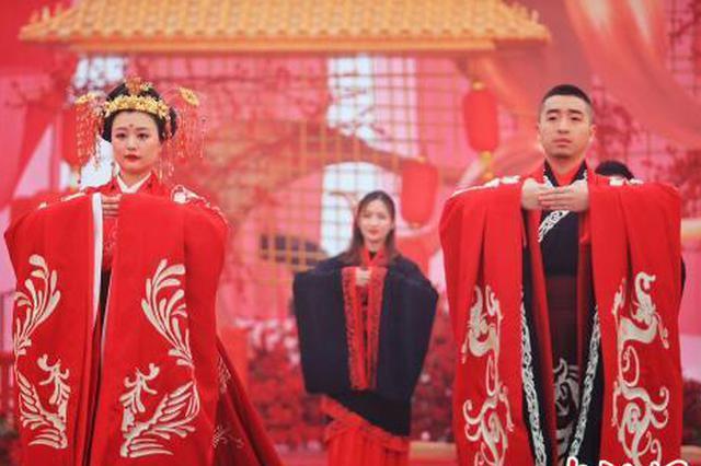 重庆一景区举行雪地汉式婚礼 凤冠霞帔对酒作揖