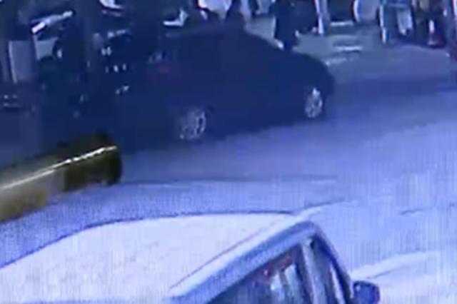 重庆:新手女司机穿皮靴开车 一连串操作失误撞倒行人