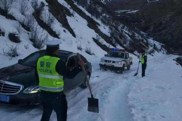 重庆情侣为看风景私闯封闭小路 被困4300余米雪山垭口