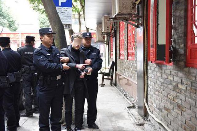 重庆一理发师嫌收入低盗窃30余起被抓 对监控竖中指