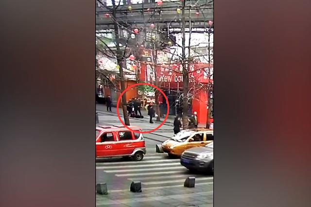 重庆老太监控盲区摔伤 家属上诉要求身后女子担全责