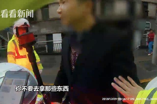 重庆一奇葩司机追尾警车想掏钱私了:刚进城我紧张