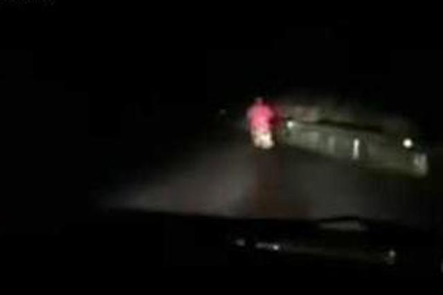 民警雨天巡逻偶遇夜归人 一路开车灯护送她到家