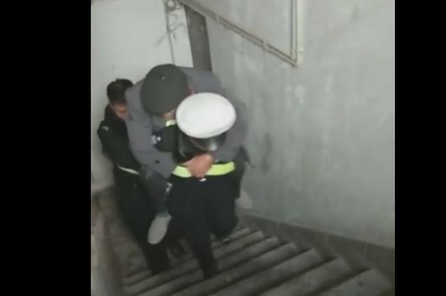 重庆94岁老人路边休息摔到沟渠里 民警爬9楼背回家