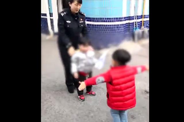"""男童走丢哭闹 重庆一女警儿子成""""辅警""""逗乐小朋友"""