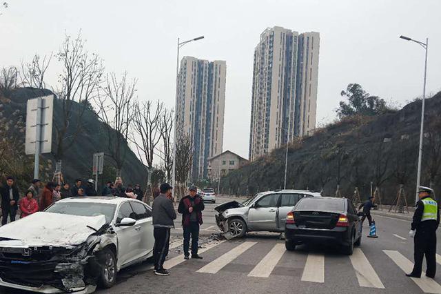 重庆俩车马路上斗气互不相让 致3车相撞受损严重
