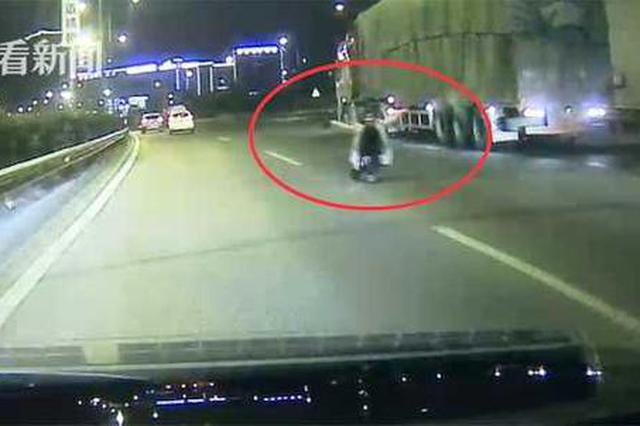 重庆:女子午夜内环路车流中下跪求撞 司机遭吓惨了