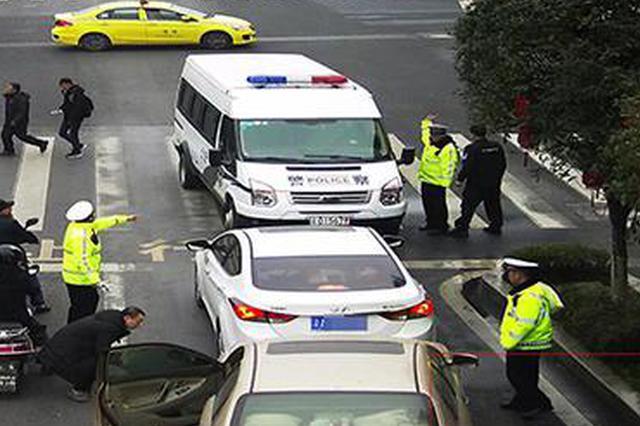 重庆男子驾套牌车冲卡逃逸 被擒后冒用哥哥名?#24544;?#30610;身份