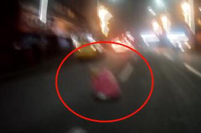 危险!重庆一醉酒女子坐马路中央耍手机