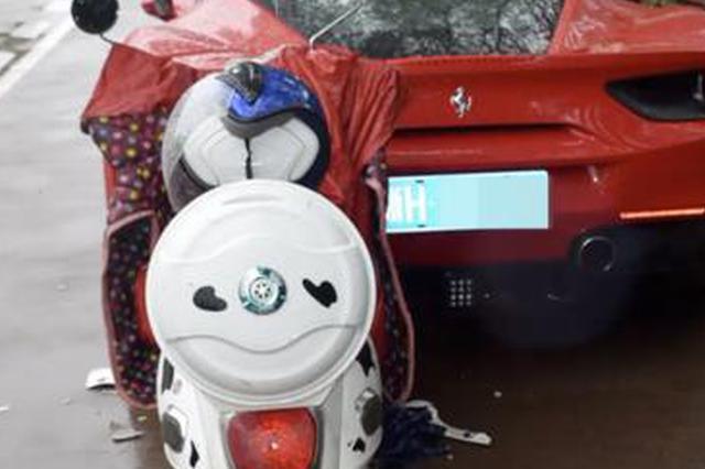 女大学生骑车玩手机撞上违停法拉利 车损20万