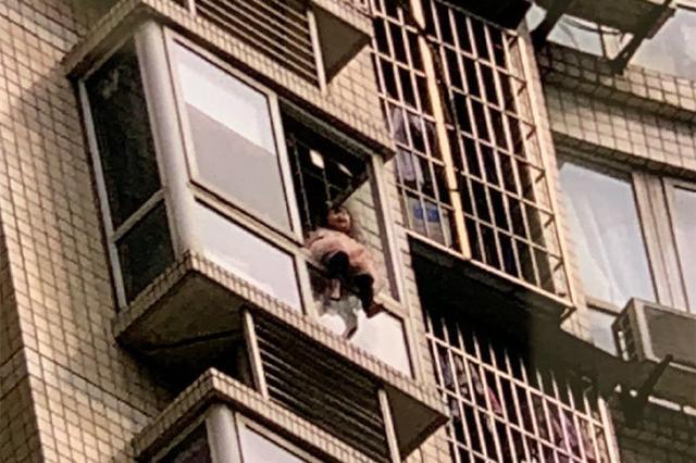 惊险!妈妈出门打牌反锁家门 3岁女儿翻出24楼窗外
