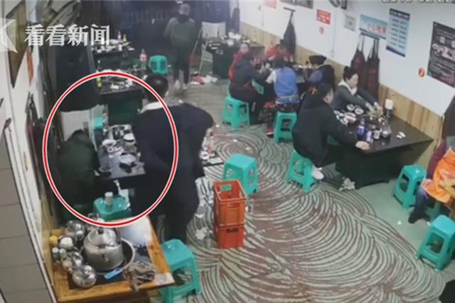 重庆:男子将打火机扔进火锅中 200℃热油爆炸溅出