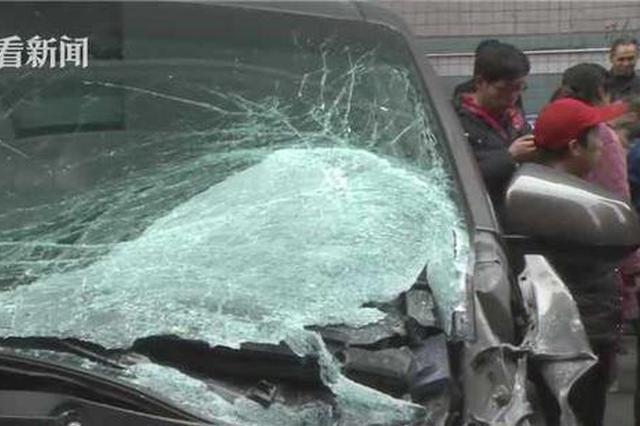 惊魂!?#20154;?#22120;从27楼坠下砸中行驶汽车 重庆司机懵了