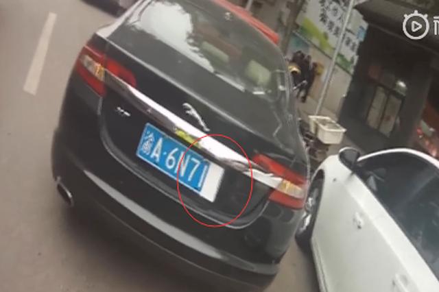 重庆一男子用卫生棉挡车牌 民警:这事你老婆知道么