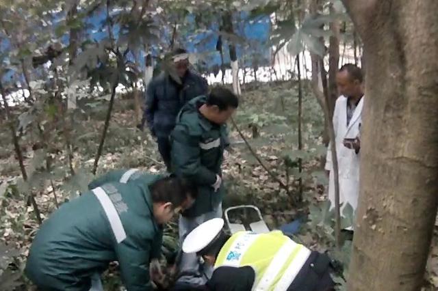 """76岁老人喝自制药酒""""中毒"""" 民警紧急送医救治"""