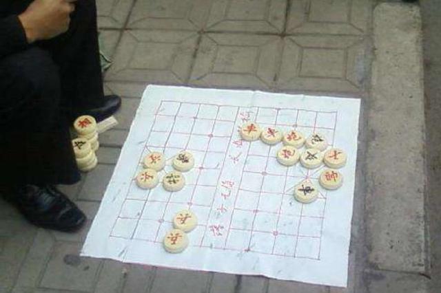 诈骗团伙在重庆街边摆摊下棋布局 骗走学生4500元
