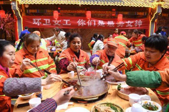 重庆一火锅店老板请150位环卫女工免费吃坝坝宴
