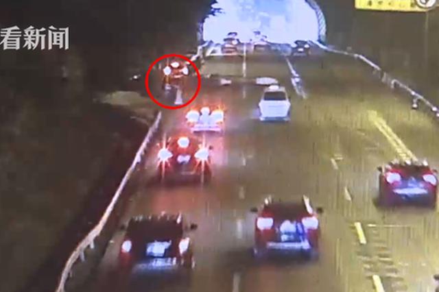 重庆:男子内环上酒驾撞车躲树丛中 被发现连忙下跪