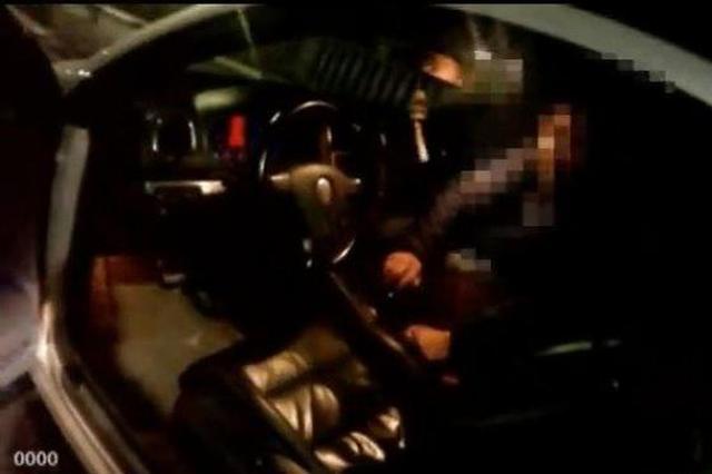 """重庆交巡警设卡遇""""神车"""":车上没人却在自动驾驶"""