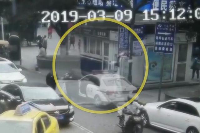 重庆一嫌犯大摇大摆朝警车走来 民警确认眼神将其擒获
