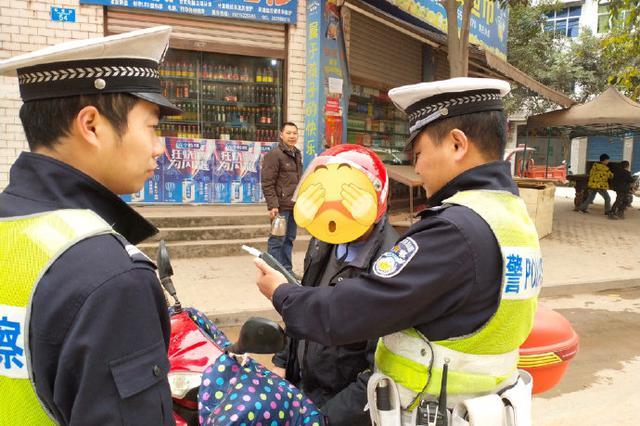 测出酒驾男子称因喝王老吉 民警喝了立马测当面戳穿