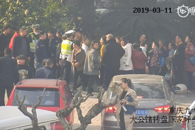 重庆:女子晕倒街头碰伤头部 辅警飞奔现场悉心守护