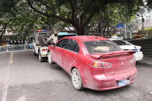 重庆:男子违停引注意 警方一查竟扣12分罚款5000元