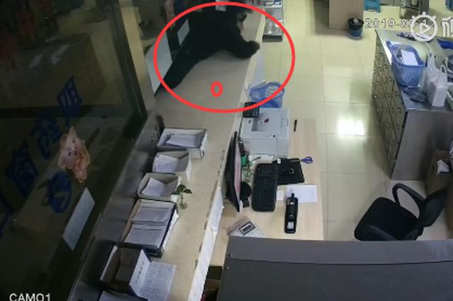 男子深夜潜进重庆一医院 钻过拿药窗口偷走上万药材