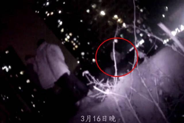 重庆:女子爬景观瀑布欲跳崖轻生 警民全力救下她