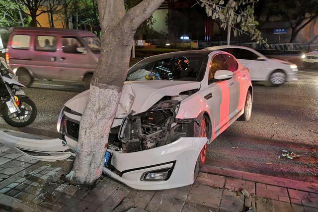 重庆:司机开车竟睡着了 轿车失控直接撞上行道树