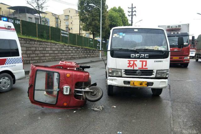 转弯不让直行!三轮车撞运渣车瞬间侧翻 司机被甩出