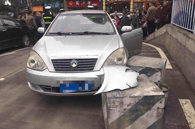 重庆一老司机转弯不减速 撞上路边石墩损失惨重