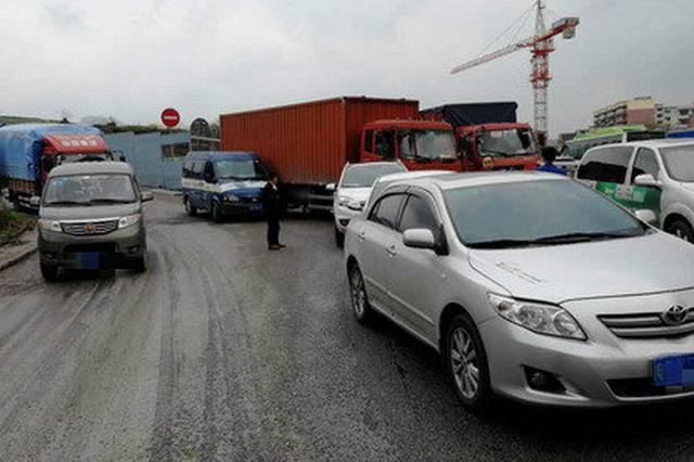 重庆:道路湿滑面包车连撞7车 雨天请你开慢点