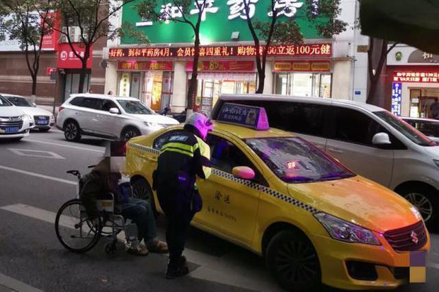 """老人坐轮椅难打车 渝中交巡警""""霸气""""拦车获赞"""