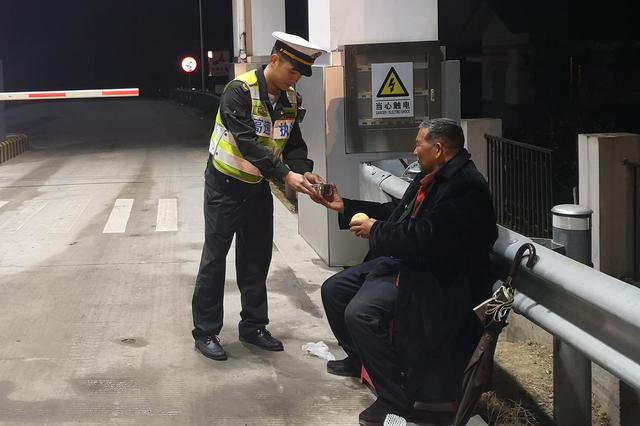 老人深夜欲上高速行走 执法人员热心助其回家