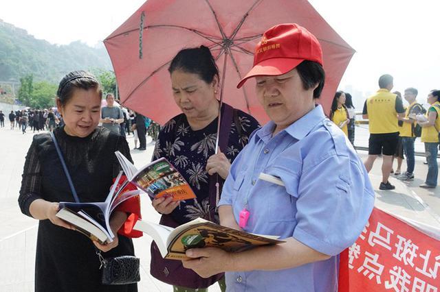 """""""行走的图书""""现身重庆网红打卡地 5000本书免费送"""