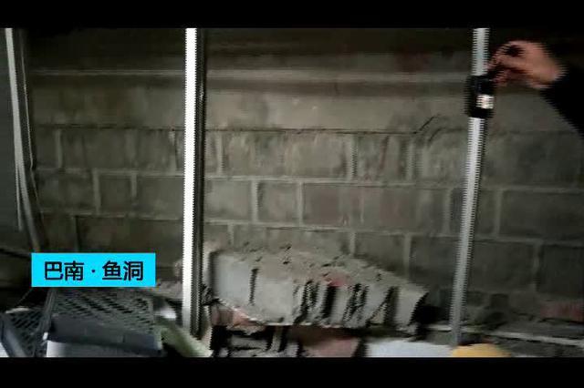 吓人!重庆一辆货车倒车时 撞垮墙后冲进办公室(图)