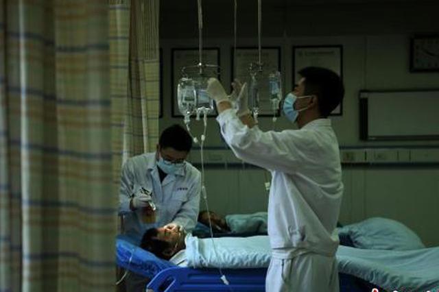 探访重庆一医院男护士的日常护理工作